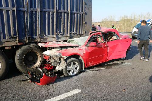 日照:小轿车钻入货车底车顶被削平 一家3口人幸运脱险