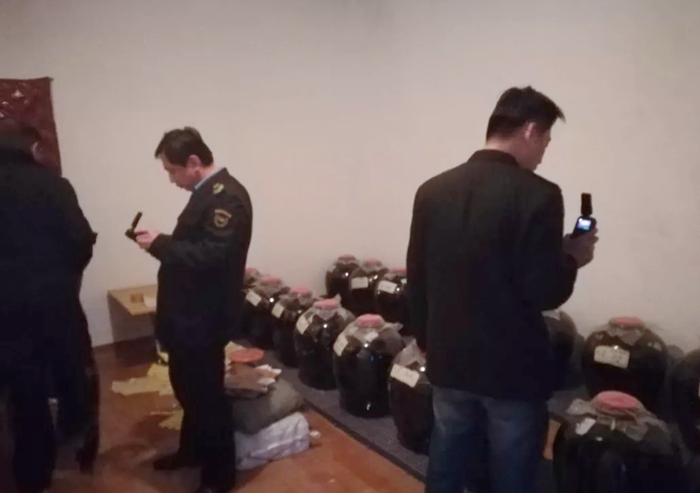 冠县一作坊无证生产白酒 被依法查处取缔