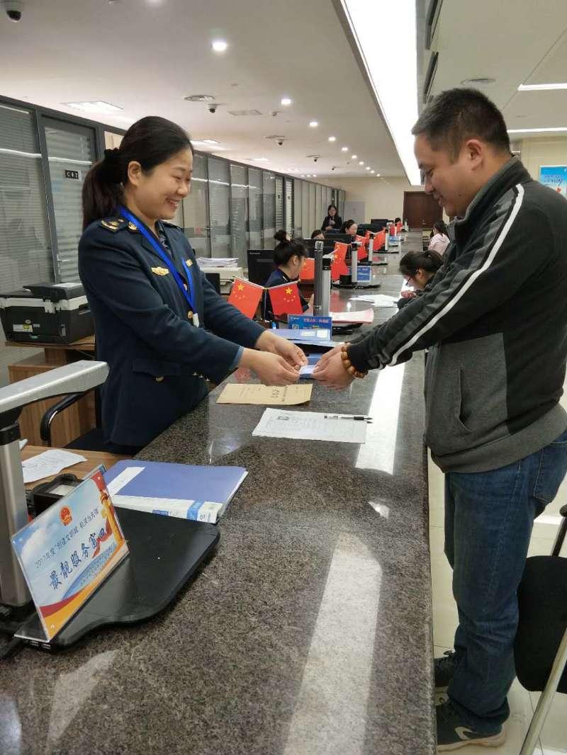 济南颁发首个网约车驾驶员从业资格证