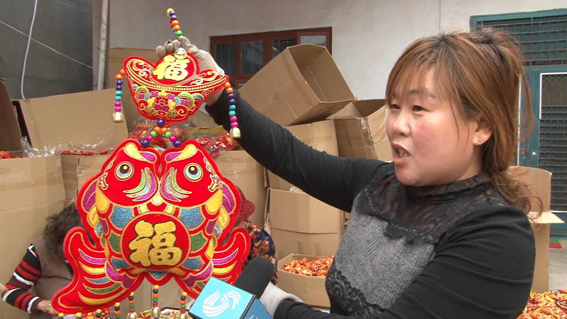 """62秒 揭秘中国最大""""中国结""""生产基地:妇女老人是生产主力"""