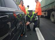 潍坊:假期上高速状况百出 执勤民警出马迅速解决