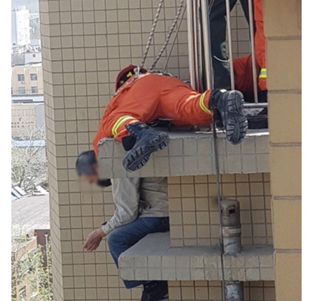 淄博一老人欲跳楼轻生 消防官兵紧急救援