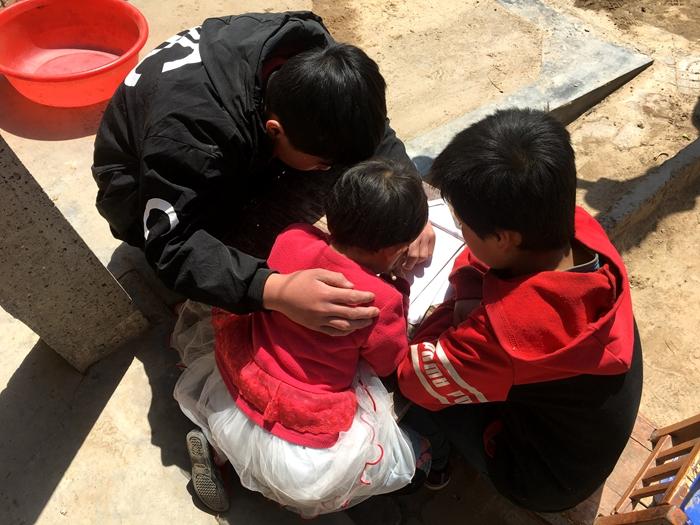 父亲瘫痪妹妹年幼,聊城爱心人士帮11岁小男子汉渡难关