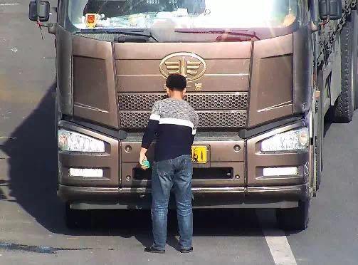 46秒|日照:货车司机高速违停还肆意小便,遮挡号牌被扣12分