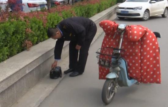枣庄一公交司机下班路上捡三千  微信群转发找到失主