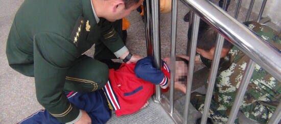 男孩贪玩钻栏杆头被卡住 消防官兵拆护栏解救