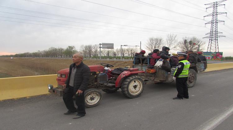 阳信男子无证无牌驾驶拖拉机 车斗塞满15人
