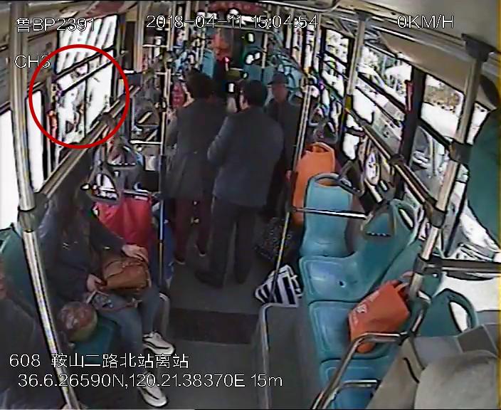 八旬老人摔在公交车前 驾驶员乘客联手施救