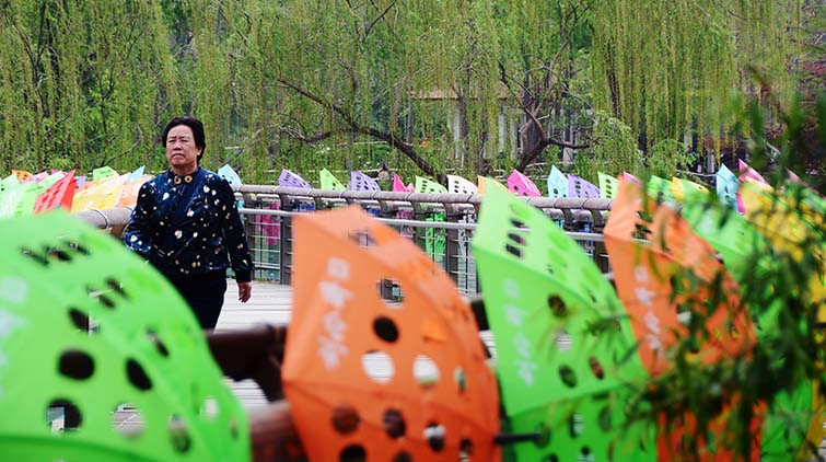 """快去拍照合影!""""漏洞雨伞""""装饰的泉城公园美醉了……"""