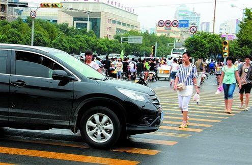 济南拟出新规:右转压车行人要担责 斑马线上禁止做这些事