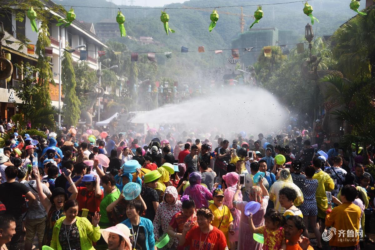 西双版纳迎来一年一度泼水节 居民游客齐聚泼水狂欢