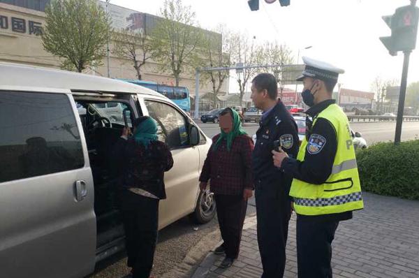 图省钱7座面包车塞11人 淄博这名驾驶员被记6分罚200元
