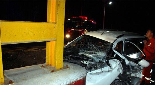 轿车撞到石墩司机双腿被卡 淄博深夜破拆救援