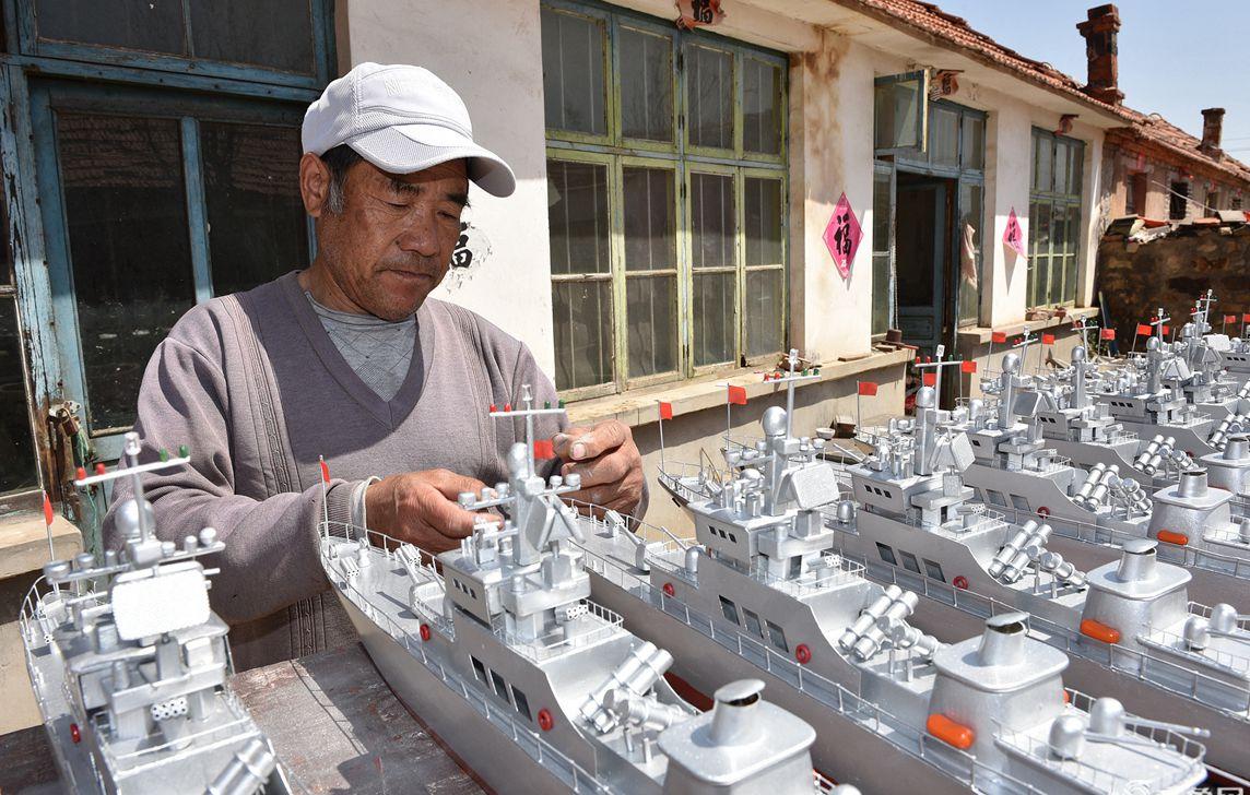 """日照60岁渔民坚持13年造""""军舰""""成网红 引大学生拜访"""
