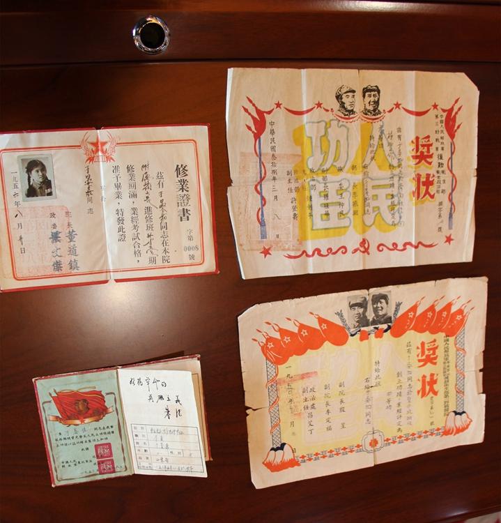 济南8旬老战士无偿捐献70年前立功证书等革命文物