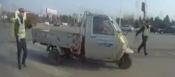 嚣张!济宁三轮车司机交警面前强行闯卡肇事逃逸