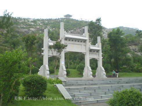 76秒|济南腊山公园遭私坟乱葬 修坟广告遍布山坡