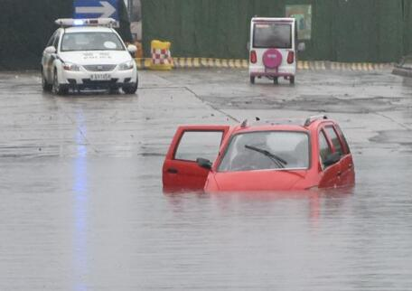 济南遭遇暴雨蓝翔路三车被淹熄火 这些易积水路段要小心