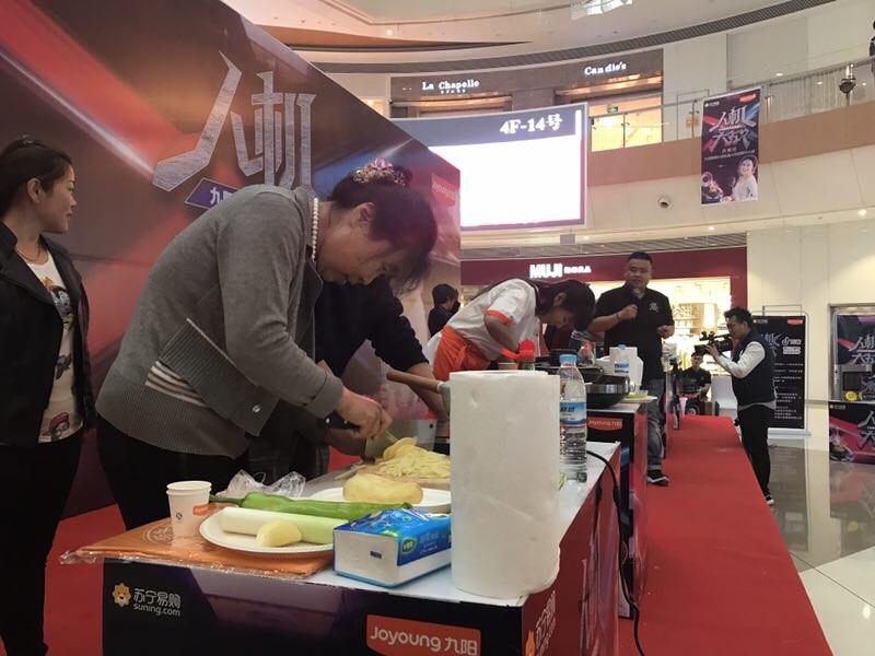 32秒丨9个民间大厨PK机器人来炒菜,谁是赢家?