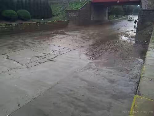 济南蓝翔路铁路桥路面积水排空 交通管制仍实行