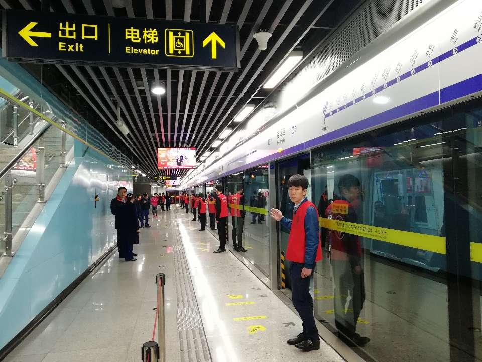 """一站一景!""""最美地铁""""青岛11号线全线通车"""