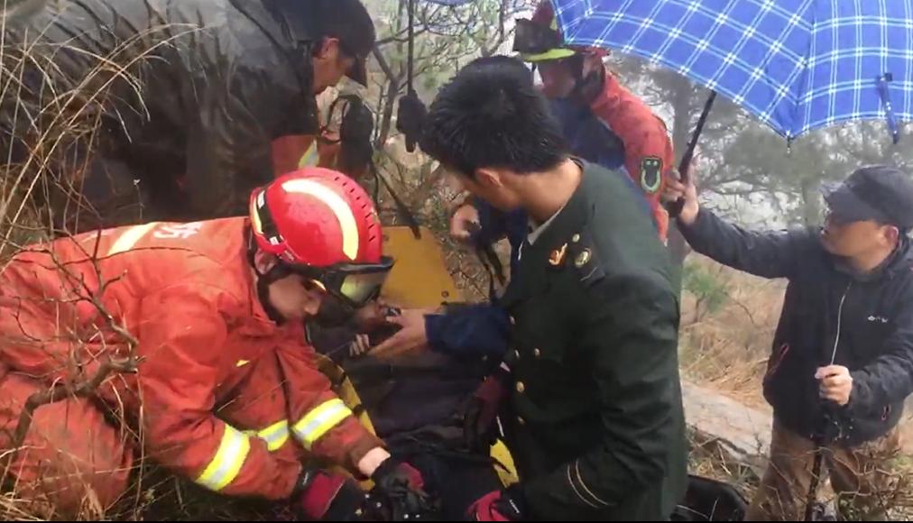 驴友雨天爬雀山遇险 青州消防紧急救援