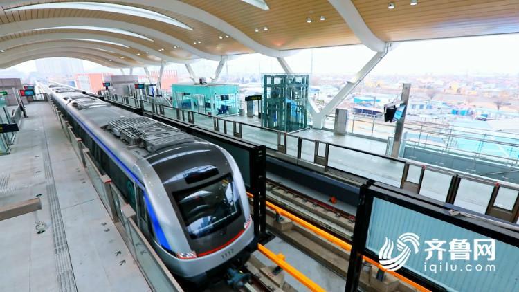 11号线的列车设计时速达到120公里,设计时速超过了国内大部分运营地铁,全车共设四节车厢,172个座席。座椅的布置采用横向座椅和纵向座椅交替布局,客室内装主色调为金属蓝,通透性良好的车窗为乘客提供更开阔的视野。为了防止列车在地面和高架段运行时阳光对车内乘客的影响,车窗还特别安装了遮阳窗帘,顶部的照明灯采用具有装饰效果的led大尺寸环形灯,提升了客室的豪华感,为乘客营造出更舒适的乘坐环境。11号线的车站以简洁开放,标准化为设计主导,秉持以人为本的设计理念,将以全新的面貌走进人们的生活。