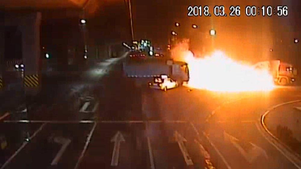 惊险!济南一大货车闯红灯致三车事故,三人受伤