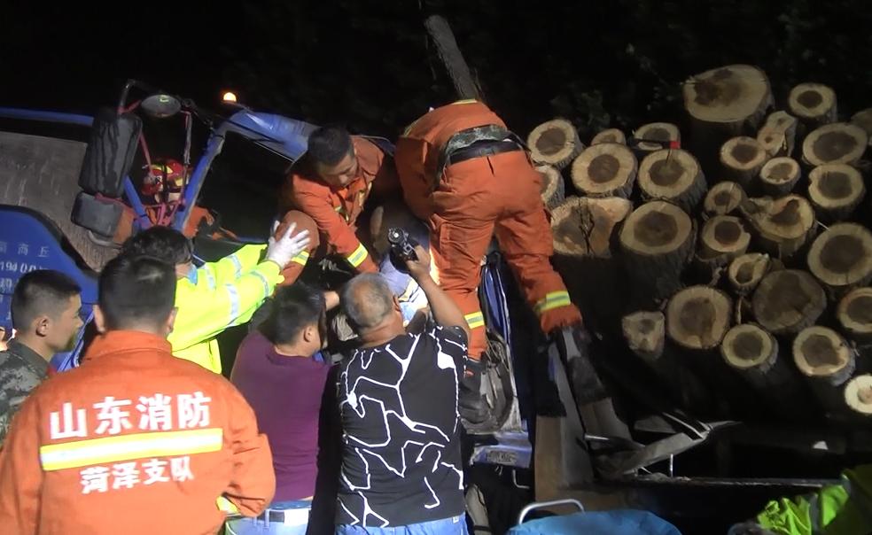 凌晨货车迎面相撞3人被困 菏泽消防展开生死营救