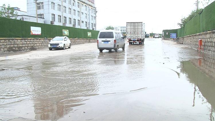 济南蓝翔路铁路桥下依然渗水 瞬时降雨量超承载导车辆被淹