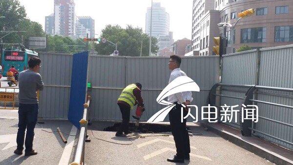 济南经七纬十二塌陷路面已铺设钢板 非机动车道恢复通行