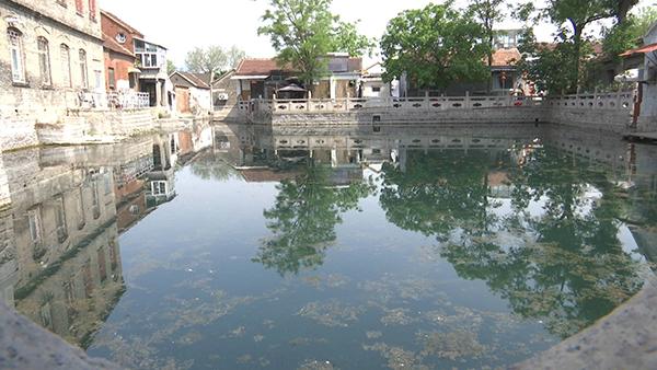 济南市民反映王府池子漂油污?有关部门:正加紧清理