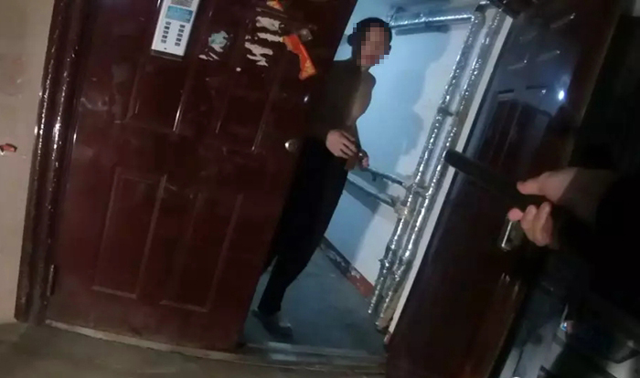 阳谷一男子持刀入室抢劫,系网上逃犯当场被制服