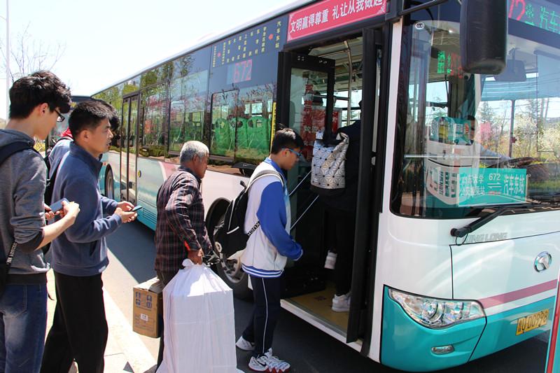 调整商圈景区公交车班线 青岛应对五一旅游出行高峰