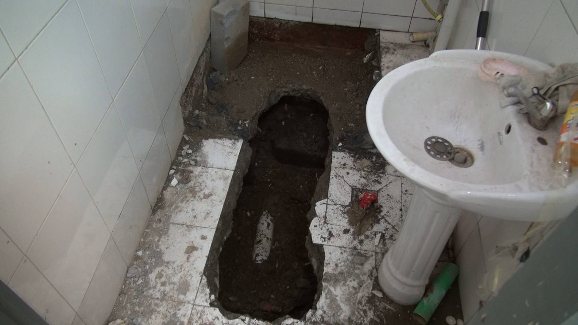 地下室漏水物业维修挖1米深坑,卢浮公馆这家门头房可以正常营业啦
