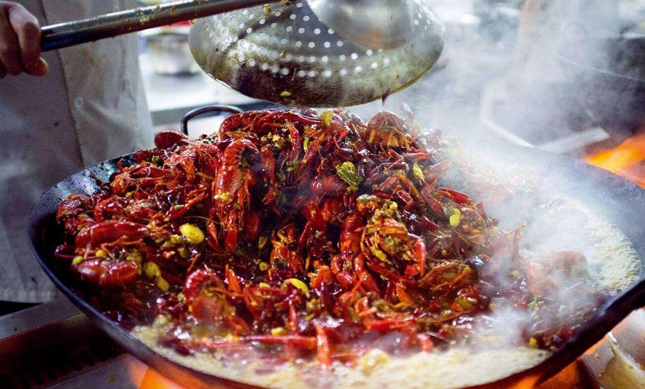 专家建议,在外面餐饮店享用小龙虾时,最好选择正规、卫生的餐厅餐馆,食品安全比较有保障。在家烹饪小龙虾时,龙虾买来后,最好放在清水里养24-36小时,使其吐净体内的泥沙等杂质,杀死细菌。在烧之前用刷子把龙虾刷干净,然后将头去掉。一般而言,在100的高温烹调10分钟或以上,才能确保杀死龙虾体内的细菌和寄生虫。 吃虾时也要有节制,不要一次食用过多。专家提醒每天吃小龙虾最好不超过一斤,一周最多吃一到两次为宜,而且蒸虾比油焖大虾更健康,若还配些蔬菜水果则更好。此外,医生提醒,重金属等有毒物质容易富集在小龙虾的腮部和