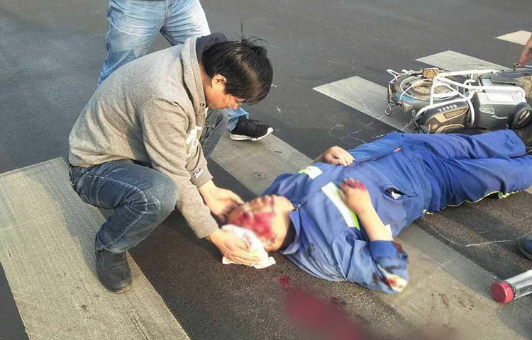 参加急救大赛路遇车祸救人迟到,他说:救人时冷静,比赛有点慌
