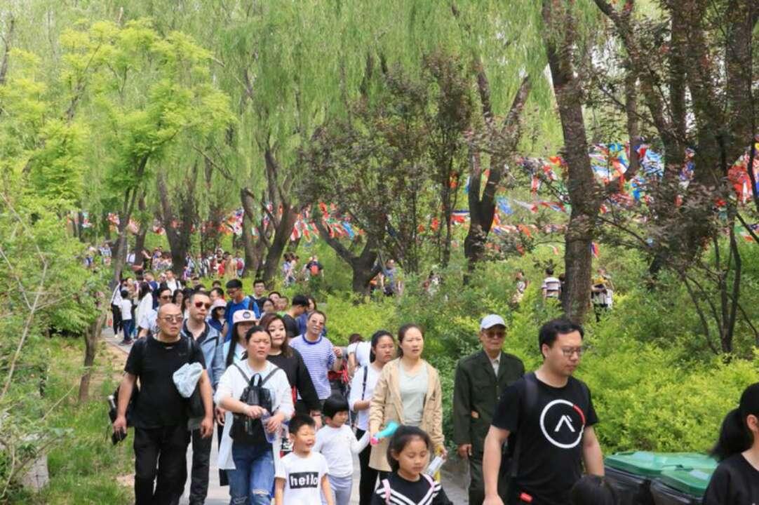 长假第一天 济南野生动物世界游客爆棚