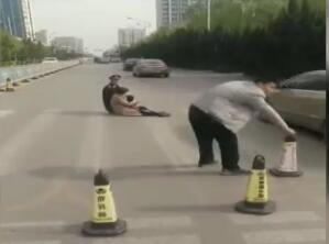 暖心!潍坊老人摔倒街头,两人上前救助,他俩的职业竟是…