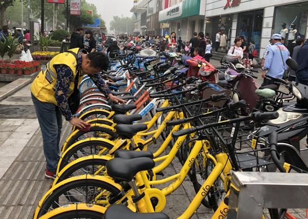 济南景区人挤人 共享单车运维员忙不停