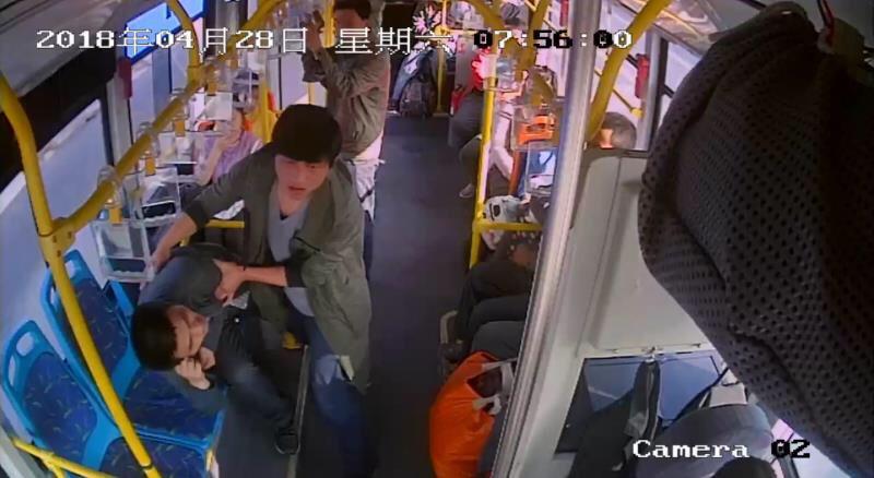 淄博:男子发病同伴急哭 司机乘客合力救援