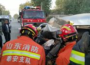 泰安东平三轮车与面包车相撞司机被困 消防破拆救援