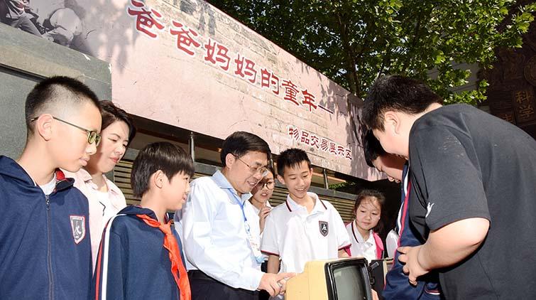 """看爸妈的童年回忆!济南一小学开展红领巾""""交易市场""""活动"""