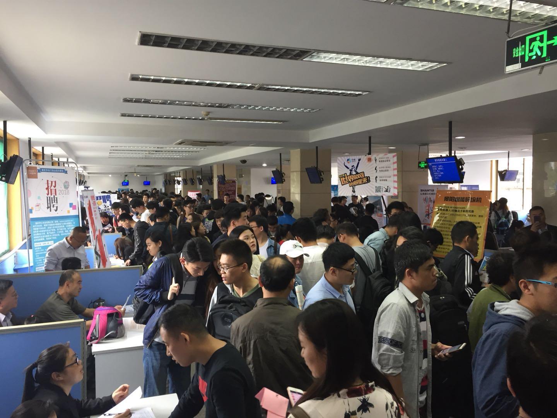 济南:下雨难阻求职热情 6000多毕业生招聘会求职