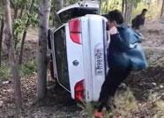滨州一警车巡逻时翻入沟中有人受伤 警方发布说明
