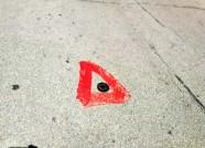 """潍坊路口""""红三角""""是啥交通标识?原来是地磁棒检修标记"""