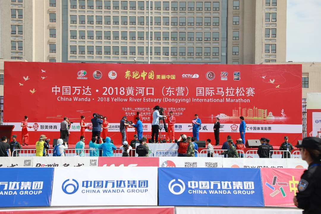 埃塞女运动员打破黄河口(东营)马拉松赛会记录