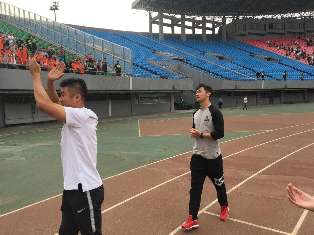 鲁能客战北京人和|韩鹏汪强赛后鲁能球迷区谢场 点燃球迷泪点