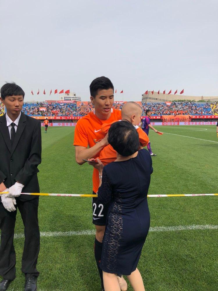 中超第9轮:鲁能昔日旧将王刚首发,赛前抱着孩子出场