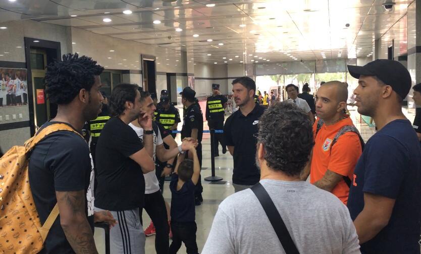 巴西世界杯教练组观战中超 赛后与塔尔德利、吉尔交谈